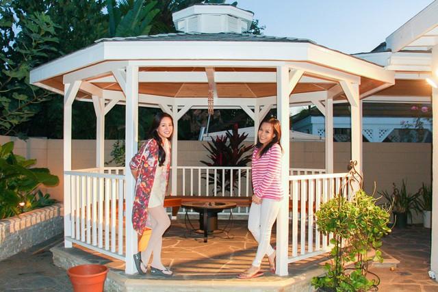 Không gian sống của Việt Hương còn được tô điểm bằng màu xanh của khoảng sân vườn lớn, có chòi nghỉ để cả nhà quây quần bằng trong những bữa tiệc ngoài trời.