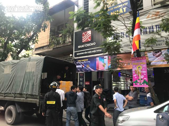 Công an chuyển các thùng tài liệu từ trụ sở của Nhật Cường Mobile trên phố Lý Quốc Sư. (Ảnh: Trí Thức Trẻ)