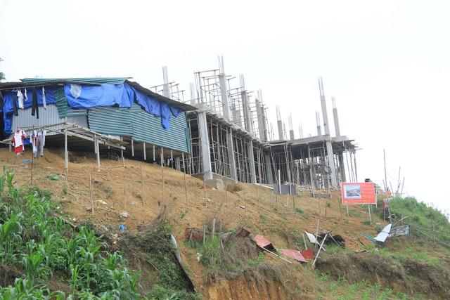 Một dự án đang xây dựng trên lưng chừng núi. 