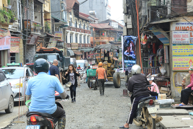 Phố Cầu Mây và những lởm chởm đất đá, một nửa con phố này đang thi công là những chiếc máy cẩu, xe lu, những chiếc xe chở vật liệu xây dựng đổ ào ào giữa đường và cả những đống cát, sỏi