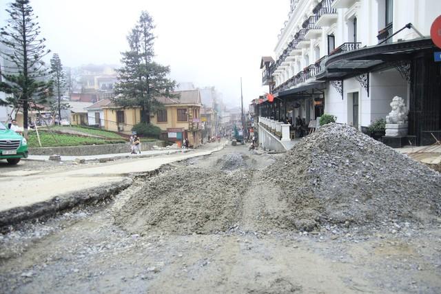 Một công trình đang thi công gần khu vực sân Quần.