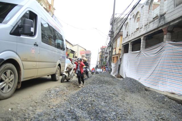 Những đống cát sỏi nhấp nhô, lởm chởm gây khó khăn cho hoạt động lưu thông.
