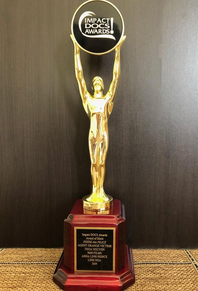Linh Nga được nhận tượng vàng từ LHP phim Impact DOCS Awards với giải Award Of Merit: Documentary Feature. Đây là Giải thưởng Phim Tài liệu có tầm ảnh hưởng của Mỹ.