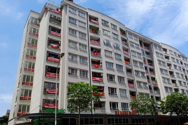 Nhiều tòa nhà cũng đồng loạt treo băng-rôn tại khu vực logia.
