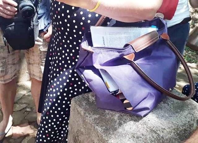 Túi xách của nữ du khách bị rạch.