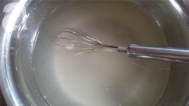 1 gói bột thạch rau câu đổ vào 1 lít nước, khuấy đều cùng đường ngâm khoảng 1 tiếng cho nở và khi nấu thành phẩm thạch đỡ bị chảy nước.
