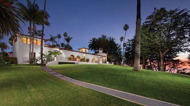 Biệt thự ở California rất lớn, đã là nơi từng tiếp đón nhiều nhà lãnh đạo và nhân vật nổi tiếng trên thế giới. Ảnh: Compass.       Khuôn viên biệt thự gồm nhiều tòa nhà, bể bơi, sân tennis... Ảnh: Compass.         Trong thời gian Tổng thống Richard Nixon sở hữu (từ năm 1969), khu biệt thự có tên La Casa Pacifica, rộng tới hơn 22.000 m2 và thường được dùng để tổ chức các cuộc gặp gỡ các nhân vật có máu mặt của cả chính trường và giới giải trí. Ảnh: Compass.         Những người nổi tiếng đã từng đến đây có thể kể đến cựu Thủ tướng Nhật Bản Eisaku Sato, danh ca Frank Sinatra, tài tử John Wayne, mục sư Billy Graham. Đặc biệt, Tổng thống Mỹ thứ 36 Lydon Johnson cũng đã tổ chức sinh nhật lần thứ 61 của mình tại biệt thự này. Ảnh: Compass.         Bất động sản này hiện thuộc sở hữu của ông Gavin Herbert, giám đốc điều hành công ty dược Allergan. Ông mua lại biệt thự từ Nixon trong những năm 1980. Trung tâm khu đất là biệt thự mang phong cách California Colonial Revival rộng hơn 836 m2. Ảnh: Compass.         Biệt thự được xây vào năm 1926 với các chi tiết đặc trưng như ô cửa hình vòm, mái trần vòng cung, sàn nhà được lát gạch và gỗ cứng. Ảnh: Compass.         Văn phòng dành riêng cho Tổng thống Nixon sử dụng có tầm nhìn ra ngoài bãi biển. Ảnh: Compass.         Đi kèm với biệt thự chính là một nhà khách có 2 phòng ngủ. Bên cạnh đó khu biệt thự còn có nhiều chỗ ở cho nhân viên, phòng làm việc, nhà kính, sân tennis, bể bơi, vườn tược. Ảnh: Compass.         Khu nhà có tổng cộng 9 phòng ngủ, 9 phòng tắm, 4 phòng trang điểm. Ảnh: Compass.        Khu vườn bên bờ biển cũng được thiết kế rất sang trọng. Ảnh: Compass.         Sân tennis của biệt thự. Ảnh: Compass.