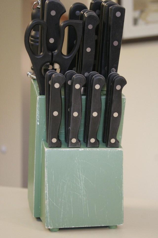 1. Hộp đựng dao chiếm ít không gian quầy và thể hiện vẻ đẹp tự nhiên của gỗ óc chó. Hộp đựng dao được thiết kế đơn giản với 4 bảng dọc cách nhau bởi 10 dải phân cách được đặt một cách chiến lược. Dải phân cách ngắn hơn so với phương thẳng đứng, tạo điều kiện làm khô dao tốt hơn nếu được đưa vào ngay khi vừa rửa xong.