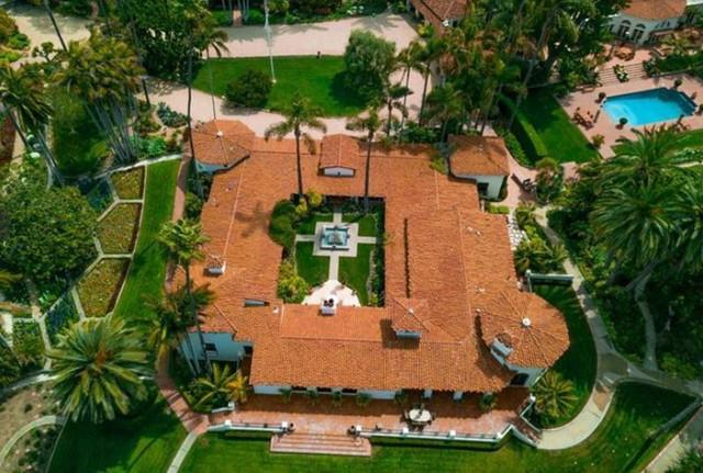 Khuôn viên biệt thự gồm nhiều tòa nhà, bể bơi, sân tennis... Ảnh: Compass.