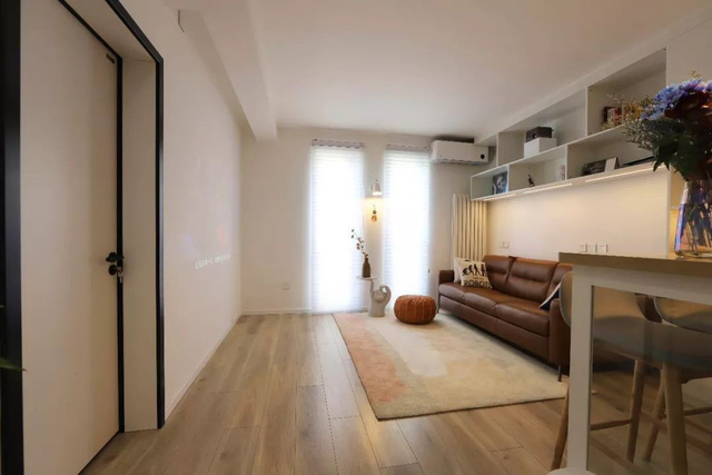 Ghế sofa da kết hợp với tẩm thảm mềm mại giúp cho góc nhỏ trở nên tiện ích hơn.