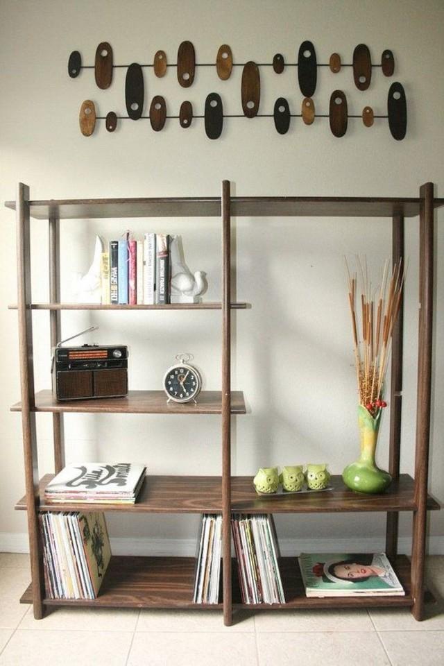 Tủ sách gỗ tối màu rất đơn giản với kệ mở sẽ phù hợp với hầu hết các không gian một cách dễ dàng.