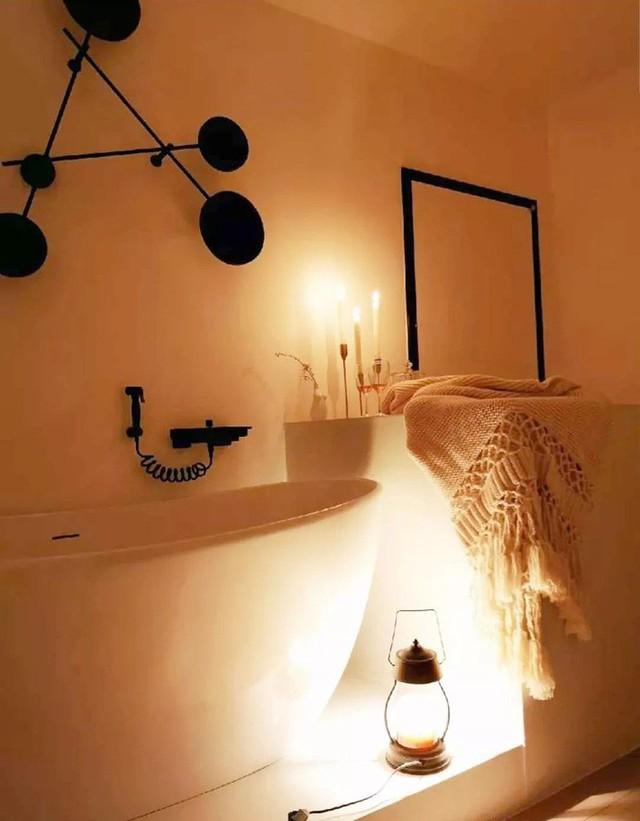 Đèn tạo nên sự lãng mạn và ấm cúng cho phòng tắm.