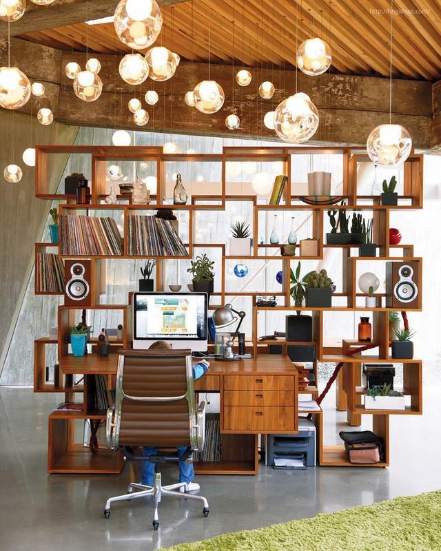 Tủ sách gỗ lớn có nhiều không gian lưu trữ và tích hợp ngay trong đó.