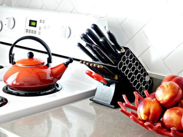 4. Hộp đựng dao đơn giản trông hiện đại hơn nhiều khi được sơn phủ và phù hợp với các phụ kiện màu đen khác trong nhà bếp.