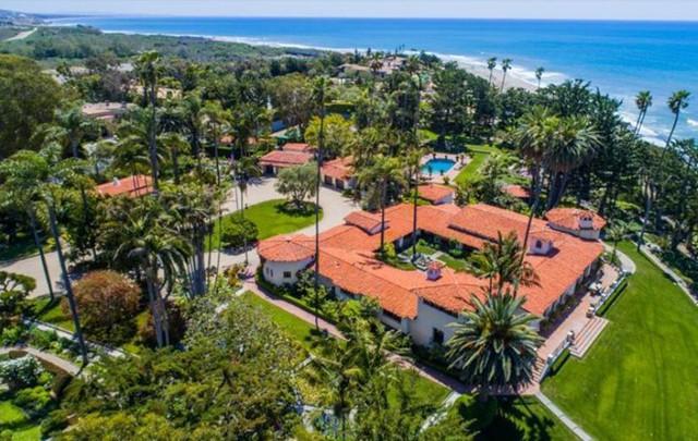 Bất động sản này hiện thuộc sở hữu của ông Gavin Herbert, giám đốc điều hành công ty dược Allergan. Ông mua lại biệt thự từ Nixon trong những năm 1980. Trung tâm khu đất là biệt thự mang phong cách California Colonial Revival rộng hơn 836 m2. Ảnh: Compass.
