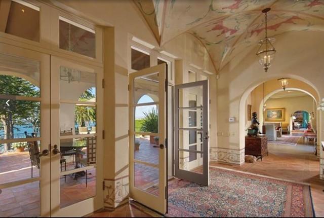 Biệt thự được xây vào năm 1926 với các chi tiết đặc trưng như ô cửa hình vòm, mái trần vòng cung, sàn nhà được lát gạch và gỗ cứng. Ảnh: Compass.