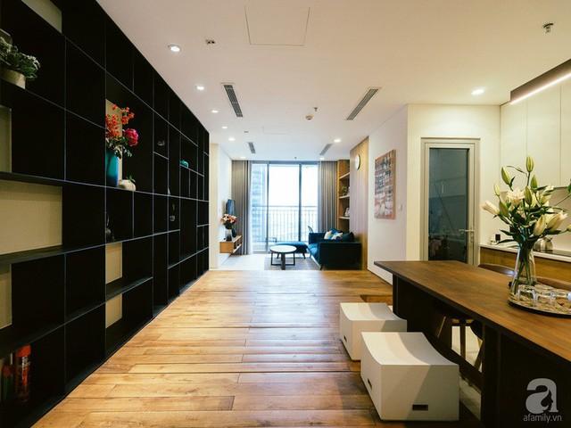 Hệ tủ bếp đối diện với kệ trang trí.