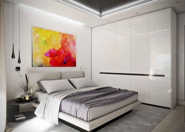 Phòng ngủ tạo ấn tượng đầu tiên với một bức tranh màu nước sống động phía trên giường. Tủ lưu trữ sơn bóng cùng chiếc giường thấp mang đến cảm giác rộng rãi cho căn phòng.