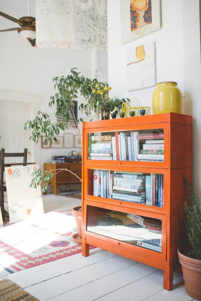 Tủ sách màu cam sáng với các ngăn được phủ kính là một màu sắc tuyệt vời.