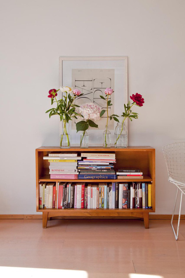 Tủ sách thấp bằng gỗ màu cam sáng không có cửa là một điểm nhấn đầy màu sắc cho không gian của bạn.