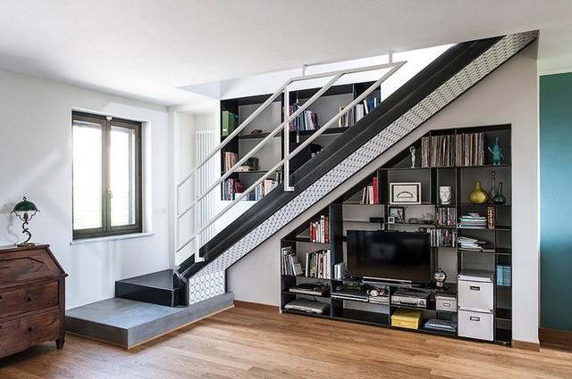 Gầm cầu thang được tận dụng làm kệ để đồ và để tivi.