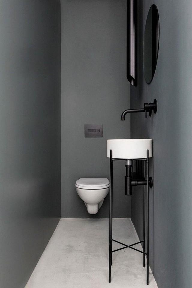 WC nhỏ gọn được bố trí trong gầm cầu thang.