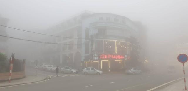 Theo anh Trần Văn Tuyến, toàn bộ chủ khách sạn, nhà hàng ở thị trấn nhỏ này đều là người thập phương như Hải Phòng, Hà Nội đến đầu tư.