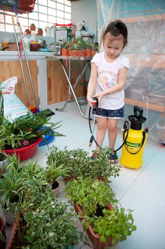 Con gái Phương Vy cũng rất hào hứng với công việc chăm sóc cây.