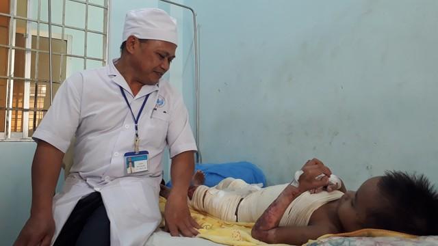 Các bác sĩ điều trị cho A Huyên tại bệnh viện. Ảnh: Đức Huy