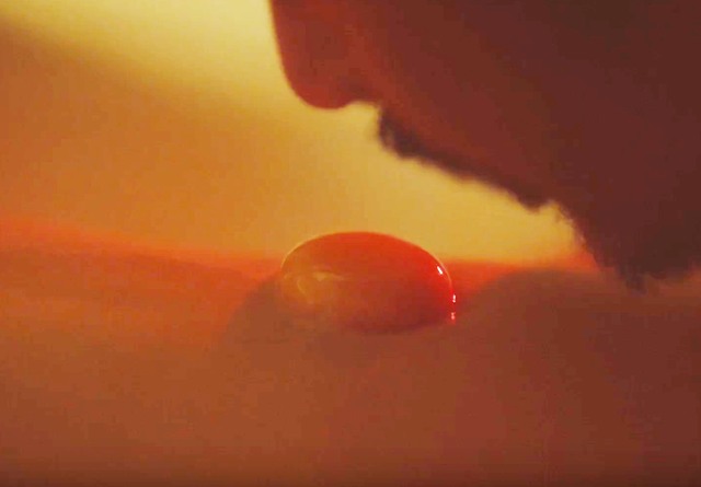 Cảnh quay ăn trứng trên bụng cô gái thực sự rất táo bạo