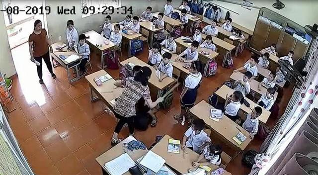 Camera ghi lại cảnh hàng loạt học sinh bị nữ giáo viên này tát vào mặt, đầu và cầm thước đánh liên tiếp vào lưng, mông và chân các em- Ảnh cắt từ clip
