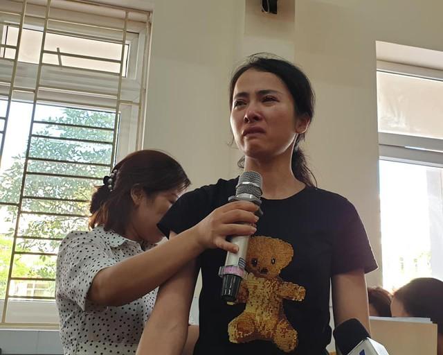 Cô giáo Trang trình bày tại cuộc họp và xin cho cơ hội sửa sai. Ảnh: ML