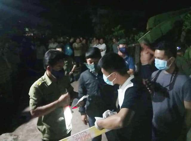 Lực lượng chức năng phong tỏa hiện trường để điều tra. Ảnh: VietNamNet