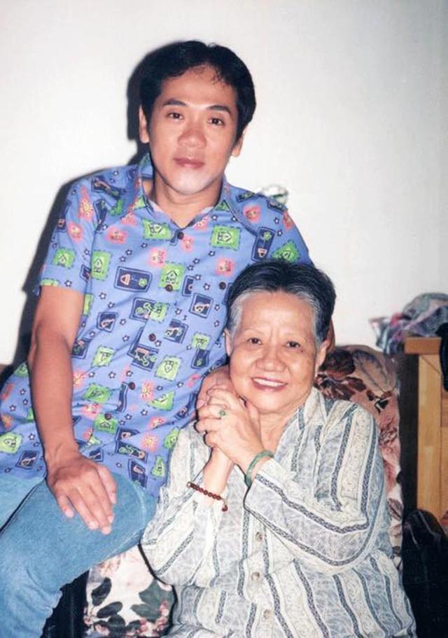 Thành Lộc thời trẻ và mẹ - nghệ sĩ Huỳnh Mai.