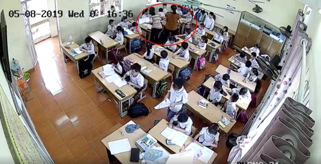 Cô giáo nhiều lần đánh các học sinh nam . Ảnh cắt từ clip.