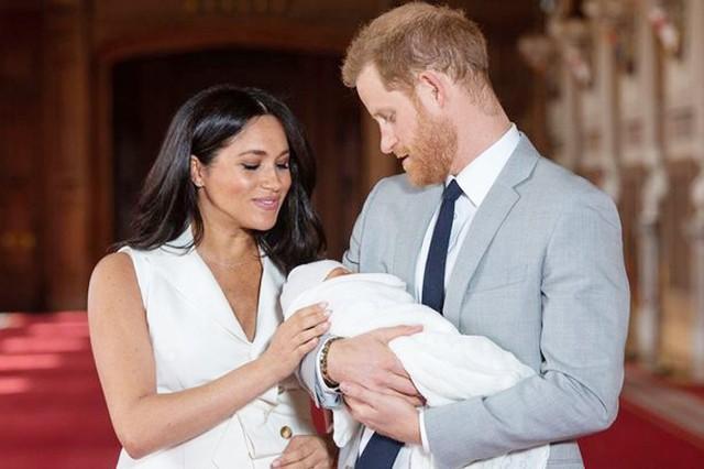 Vợ chồng Harry - Meghan bế con trai Archie ra mắt báo chí thế giới ở lâu đài Windsor hôm 8/5. Ảnh: PA.