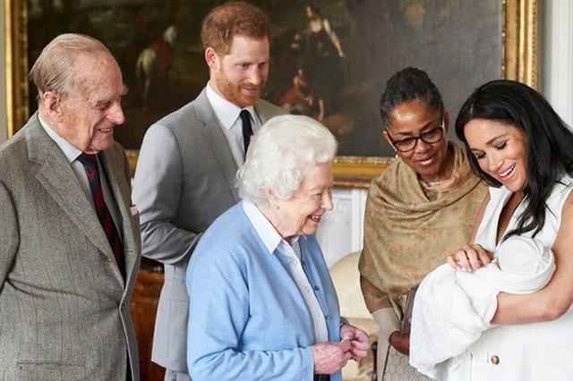 Mẹ Meghan, bà Doria Ragland, xuất hiện hôm 8/5 cạnh vợ chồng Nữ hoàng và Hoàng tử Harry ở lâu đài Windsor. Ảnh: Instagram.