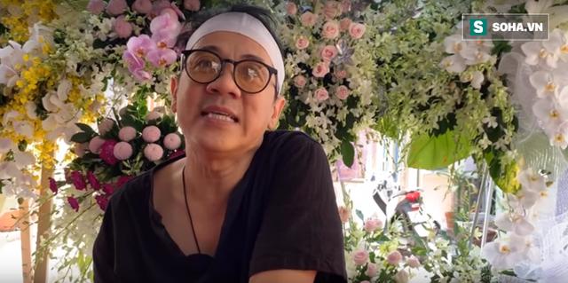Nghệ sĩ Thành Lộc đang chia sẻ về mẹ với phóng viên.