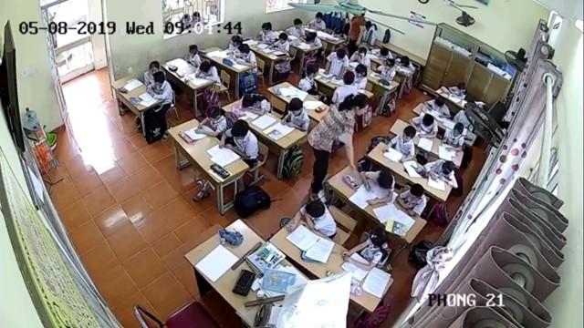 Giáo viên Trường Tiểu học Quán Toan (Hồng Bàng, Hải Phòng) có hành vi đánh nhiều học sinh trong giờ kiểm tra ngày 8/5. Ảnh cắt từ clip.