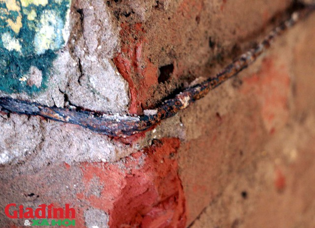 Thậm chí nhiều cột chịu lực cũng trong tình trạng trơ khung thép, gạch do thời gian.