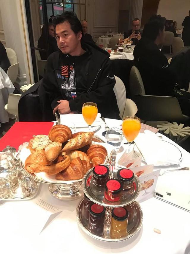 Quách Ngọc Ngoan và bà xã hào hứng với bữa sáng đến nỗi thức dậy sớm và đợi mãi mới đến giờ ăn.