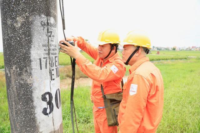 Anh Nguyễn Thế Nam đang thao tác tại cột