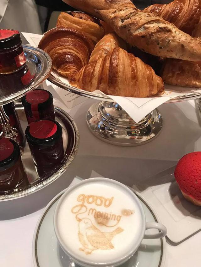 Một bữa sáng thanh bình của Phượng Chanel - Quách Ngọc Ngoan tại Paris xa hoa với bánh mì và cà phê sữa thơm ngon.