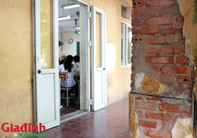 Học sinh, thầy cô giáo ngồi học trong tâm thế luôn lo ngại về an toàn.