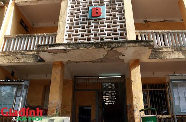 Trường cấp 3 Trương Định xây dựng và đưa vào sử dụng năm 1973, trải qua hơn 40, 2 dãy nhà A và B với hơn 20 phòng học đã bị xuống cấp nghiêm trọng.