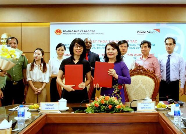 Bộ GD&ĐT và Tổ chức Tầm nhìn Thế giới tại Việt Nam ký kết chương trình bảo vệ trẻ em. Ảnh: Bộ GD&ĐT