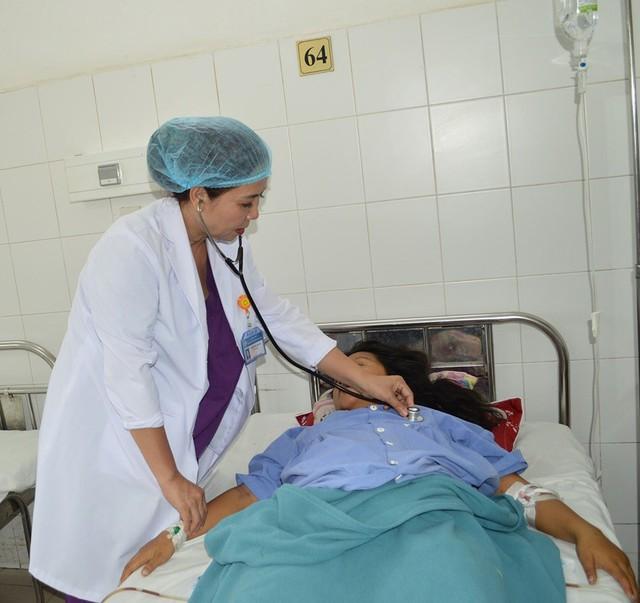 Bệnh nhân L đang được bác sỹ thăm khám lại. ảnh BVCC