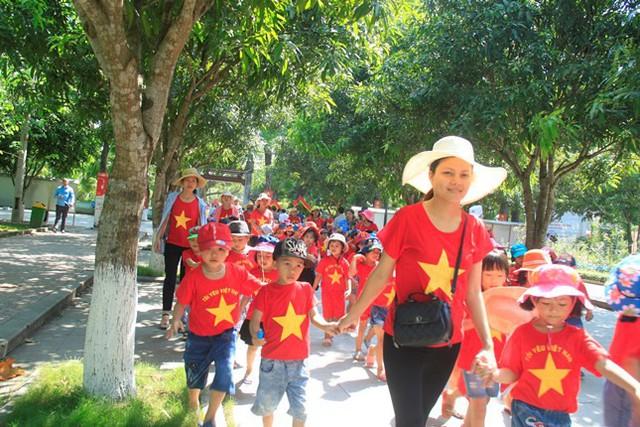 Nhiều đoàn du khách, học sinh từ khắp mọi miền Tổ quốc về thăm Làng Sen nhân dịp 129 năm ngày sinh Chủ tịch Hồ Chí Minh.