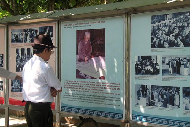 Người dân chăm chú xem những bức ảnh tư liệu về Bác.