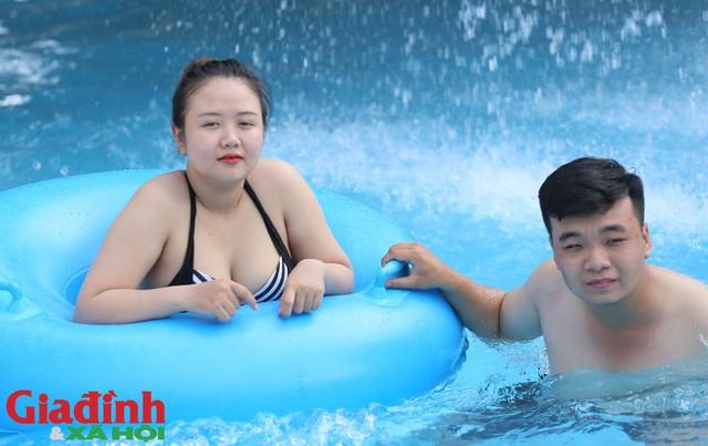 Trong khi đó, bên trong công viên, nam thanh nữ tú thi nhau tắm mát, tham gia nhiều trò chơi vận động dưới nước.